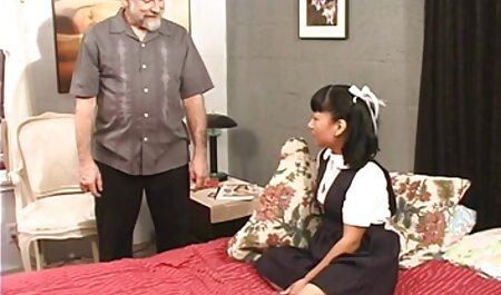 Đẹp khiêu dâm và khiêu dâm phim sec thu choi nguoi trên rìa của nghệ thuật hiện một cặp vợ chồng trẻ, đồ trên giường, gần lò sưởi