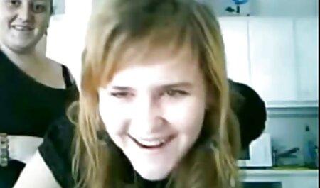 Âm hộ của một cô gái trẻ, xinh đẹp, có một máy rung vào bên sec thú chó chịch người trong