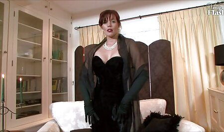 Một phụ nữ trưởng thành với sữa giật ướt trong phòng tắm trên phim sec thu hay camera