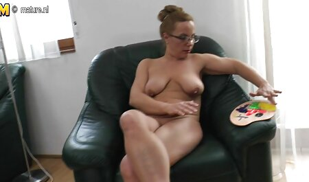 Người phụ nữ ngồi trên cô người yêu của mình trên sec nguoi va thu vat đầu trang của cô lớn